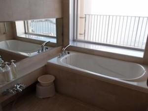 ザ・ビーチタワー沖縄のバスルーム内、バスタブ