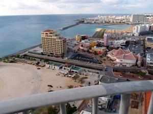 ザ・ビーチタワー沖縄の部屋から見るサンセットビーチ、アメリカンビレッジ付近