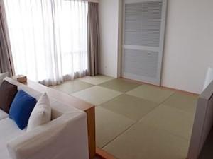 ザ・ビーチタワー沖縄の和洋室の部屋、和室琉球畳部分