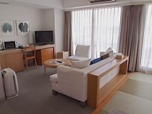 ザ・ビーチタワー沖縄の和洋室の部屋、リビングスペース