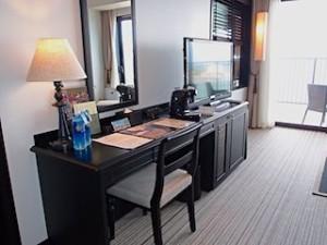 ホテルモントレ沖縄スパ&リゾートのオーシャンバスルームのライティングデスク