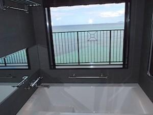 ホテルモントレ沖縄スパ&リゾートのオーシャンバスの部屋のバスルームからの眺め