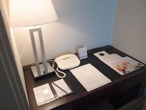 ホテルニューオータニの部屋のライティングデスク