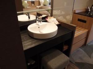 湯本富士屋ホテルの部屋の中の洗面台と荷物置き場