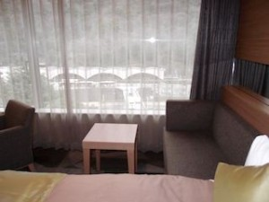湯本富士屋ホテルの部屋のダブルソファ