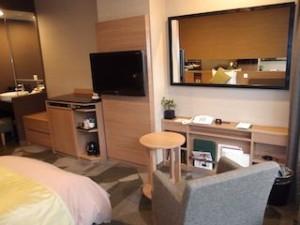 湯本富士屋ホテルの部屋のベッド対面壁