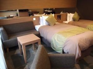 湯本富士屋ホテルの部屋のベッドとソファ