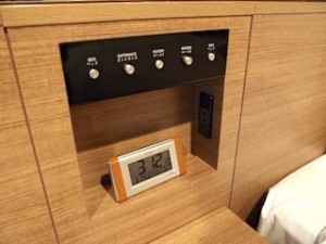 湯本富士屋ホテルの部屋のベッドサイド