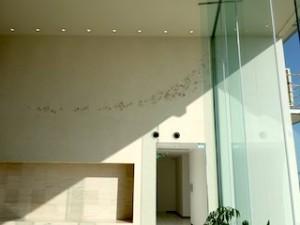 ホテルセトレ神戸・舞子のロビー前の壁面アート、鳥