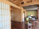 星のや竹富島の部屋ガジョーニのバスルームとベッドルーム、リビングスペース