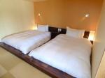 星のや竹富島の琉球畳ベッドルームのツインベッド