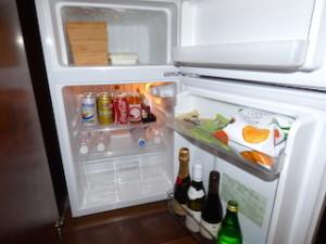 星のや竹富島のベッドルーム内の冷蔵庫