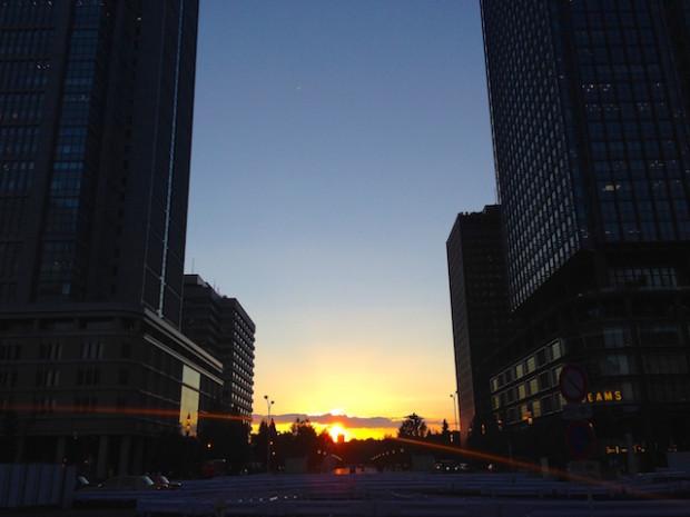 東京駅丸の内中央口からみえる夕日、東京都千代田区