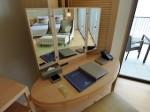 ホテルオリオンモトブリゾート&スパの部屋のライティングデスク