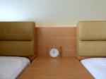 ホテルオリオンモトブリゾート&スパの部屋のベッドテーブル