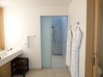ホテルオリオンモトブリゾート&スパの部屋のバスルーム洗面台部