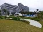 ホテルオリオンモトブリゾート&スパの庭から見た外観