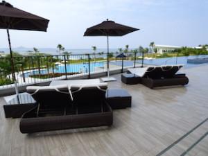 ホテルオリオンモトブリゾート&スパのインフィニティプールのベッド