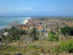 レンボンガン島の丘から見た集落