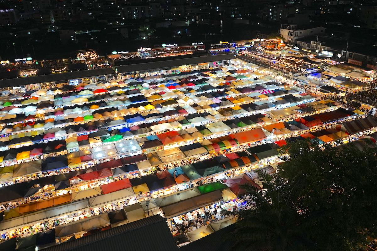 タイ・バンコクのフォトジェニック「ラチャダー鉄道市場」の夜景