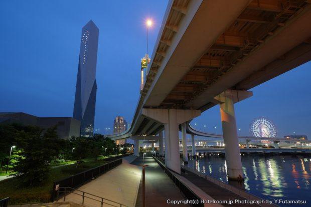 お台場のぞみ橋からみた高速の立体交差夜景